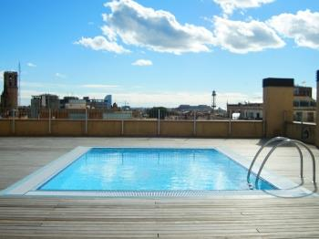 Apartment w/ gym, terrace & pool with views to the Cathedral of Barcelone for 6