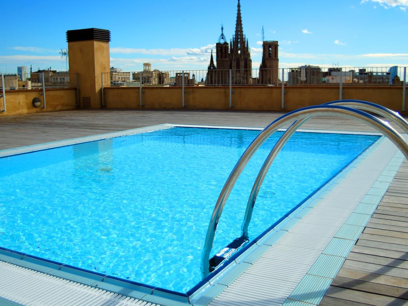 Apartment w/ gym, terrace & pool with views to the Cathedral of Barcelone for 6 - My Space Barcelona Apartments