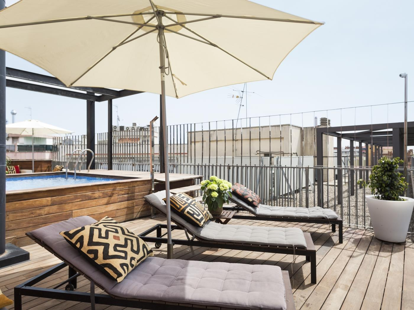 Lovely room with balcony in a building with a shared swimming in Eixample - My Space Barcelona Apartments